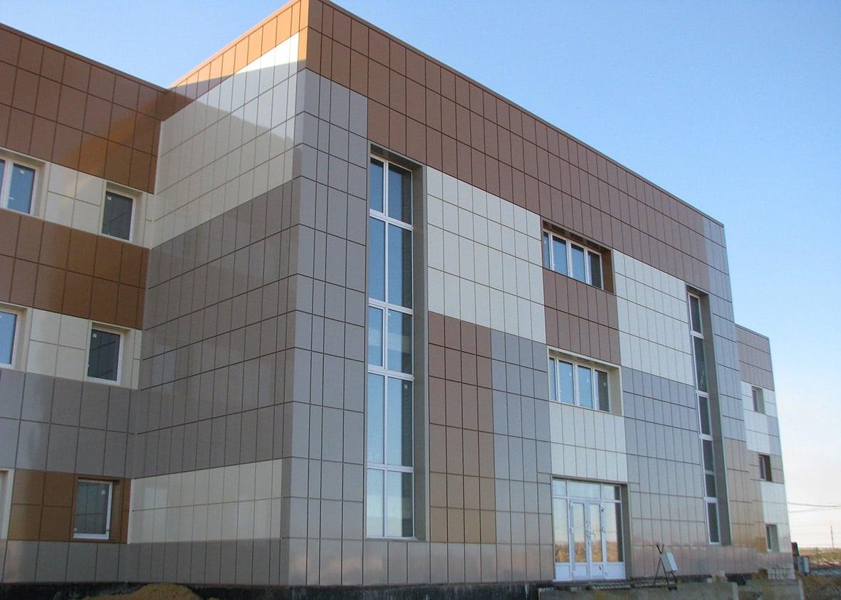Облицовка здания фасадными кассетами фото