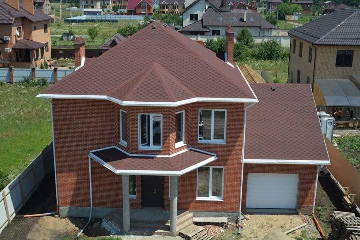 Крыша дома из битумной черепицы фото