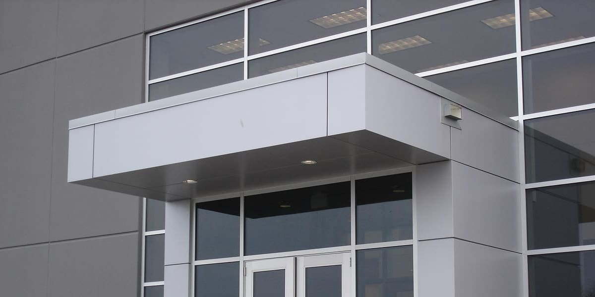 козырек над входом из алюминиевого композита 1